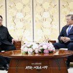 歓談する文在寅大統領と金正恩国務委員長=4月27日、板門店・平和の家(韓国政府サイトより)